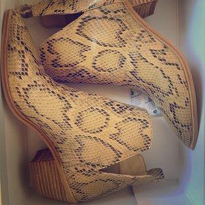 Sole society so-laurelah beige snake skin boot